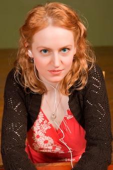 Jonge vrouw met hoofdtelefoons