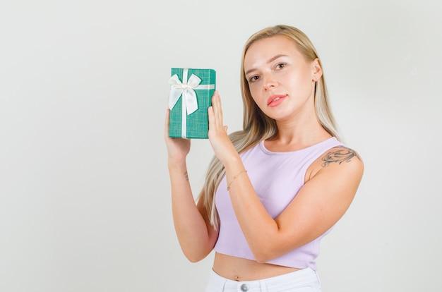 Jonge vrouw met huidige doos in hemd