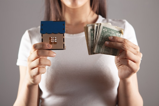 Jonge vrouw met huis en geld