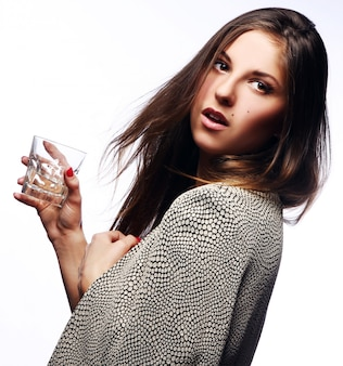 Jonge vrouw met in hand glas