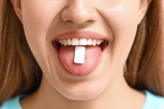Jonge vrouw met kauwgom, close-up