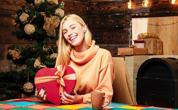 Jonge vrouw met kerstcadeau