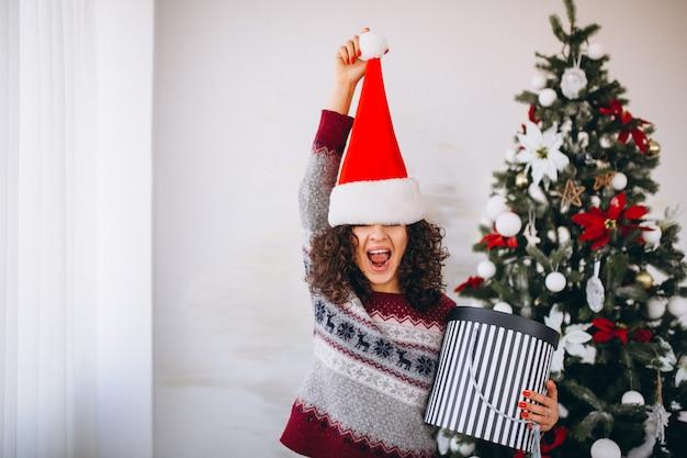 Jonge vrouw met kerstmisgiften