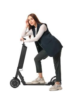 Jonge vrouw met kick scooter