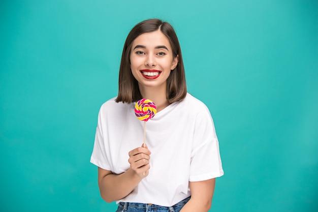 Jonge vrouw met kleurrijke lolly