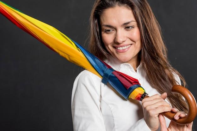 Jonge vrouw met kleurrijke paraplu