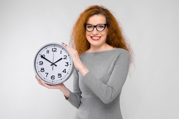 Jonge vrouw met klok