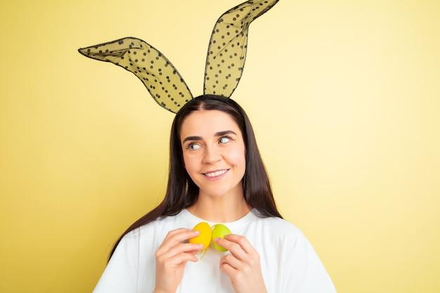 Jonge vrouw met konijntjesoren voor pasen