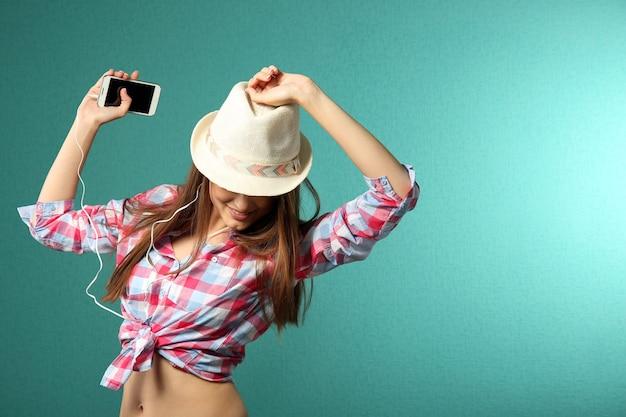 Jonge vrouw met koptelefoon