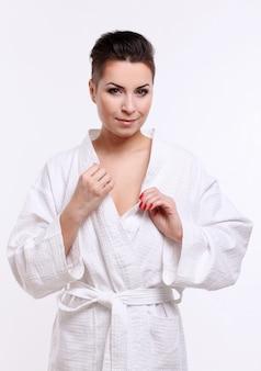 Jonge vrouw met kort kapsel in badjas