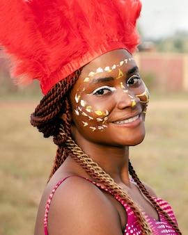 Jonge vrouw met kostuum voor carnaval