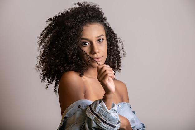 Jonge vrouw met krullend haarlandjasje