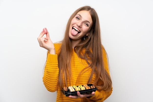 Jonge vrouw met lang haar met bitterkoekjes