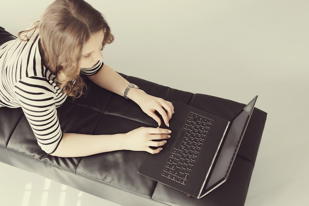 Jonge vrouw met laptop pc-computer