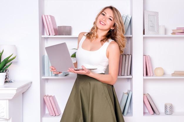 Jonge vrouw met laptop, werken op de computer of student studeert.