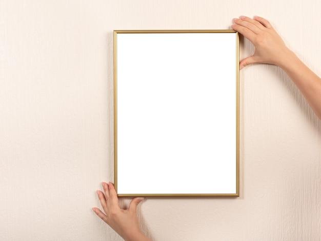 Jonge vrouw met leeg afbeeldingsframe met copyspace in verticale positie. fotolijst