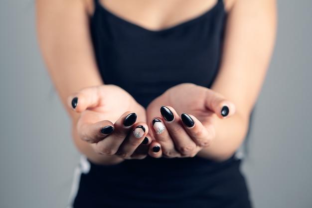 Jonge vrouw met lege handpalmen