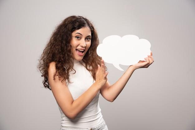 Jonge vrouw met lege lege witte toespraak poster. hoge kwaliteit foto