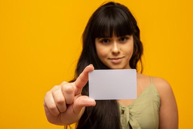 Jonge vrouw met lege witte visitekaartje