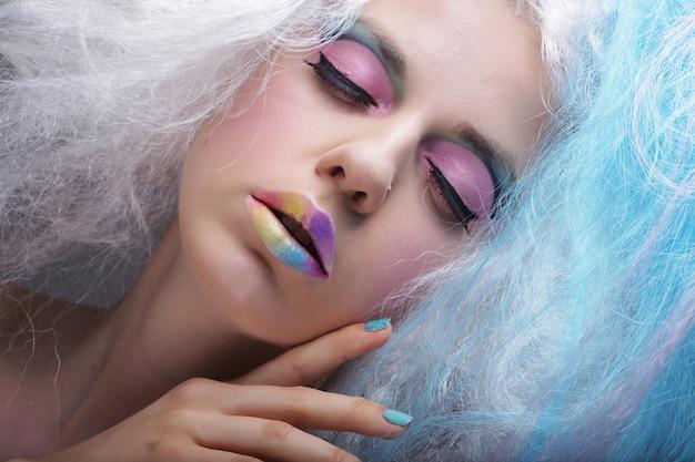 Jonge vrouw met lichte make-up en creatief haar