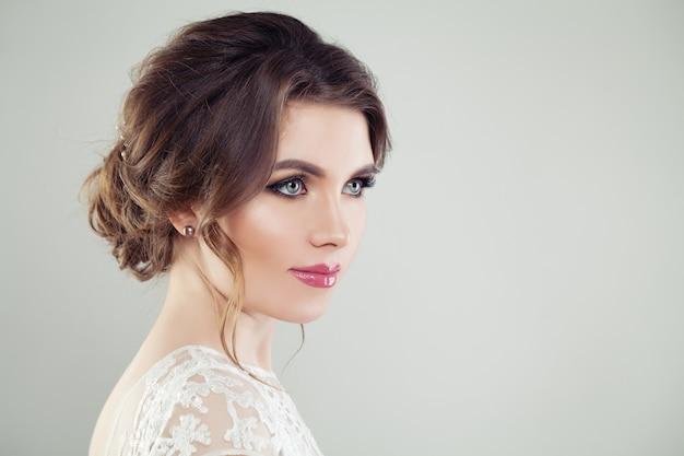 Jonge vrouw met make-up en bruidskapsel