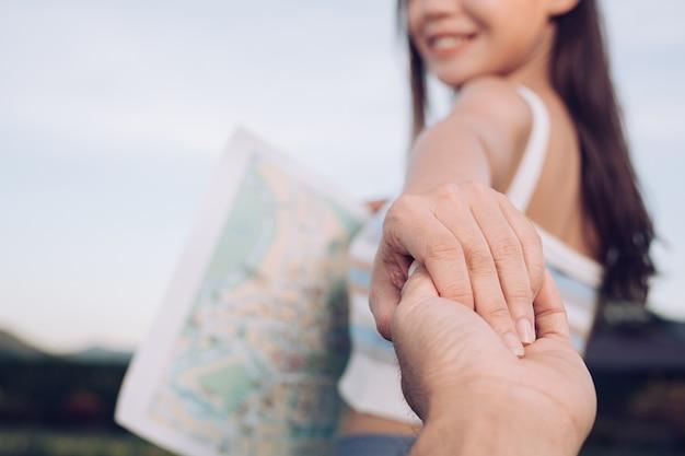 Jonge vrouw met man hand vakantie reizen