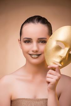 Jonge vrouw met masker in carnaval-concept