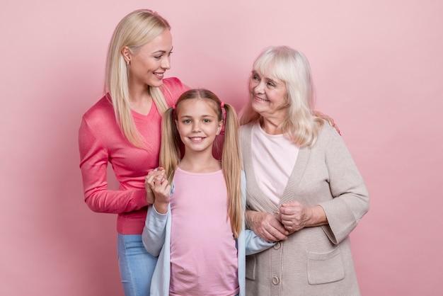 Jonge vrouw met moeder en grootmoeder