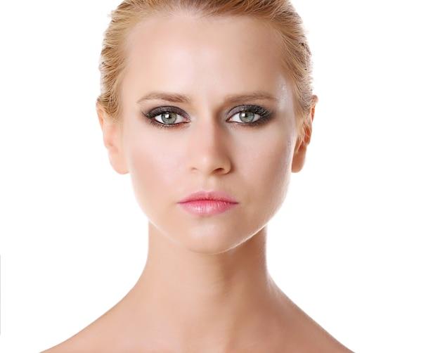 Jonge vrouw met mooie make-up op wit