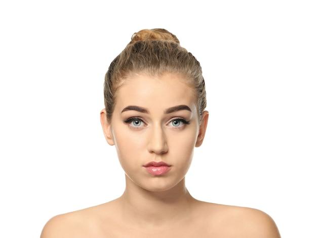 Jonge vrouw met mooie wenkbrauwen op witte ondergrond