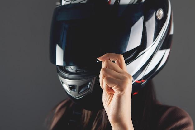 Jonge vrouw met motorhelm
