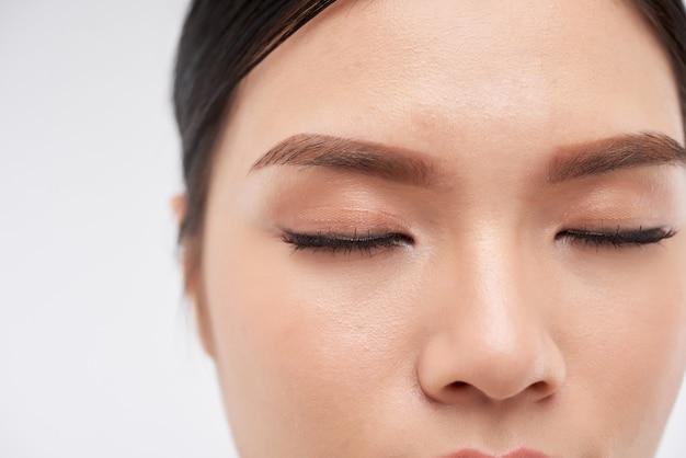 Jonge vrouw met naakte make-up
