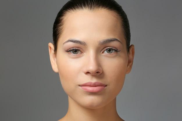 Jonge vrouw met natuurlijke wenkbrauwen