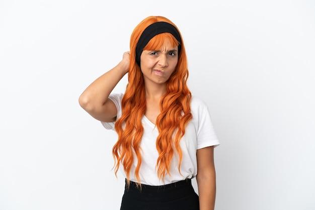 Jonge vrouw met oranje haar geïsoleerd op een witte achtergrond die twijfels heeft
