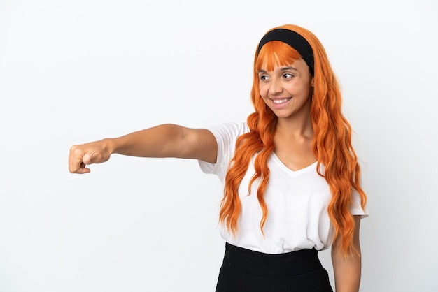 Jonge vrouw met oranje haar geïsoleerd op een witte achtergrond met een duim omhoog gebaar