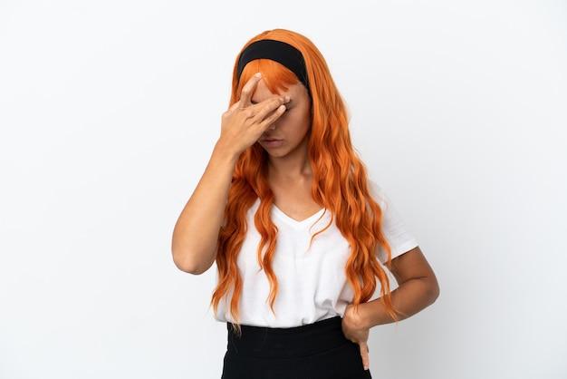 Jonge vrouw met oranje haar geïsoleerd op een witte achtergrond met hoofdpijn