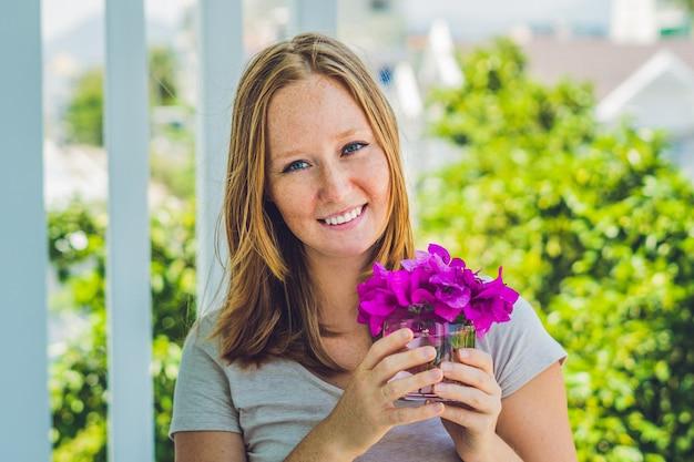 Jonge vrouw met paarse lentebloemen
