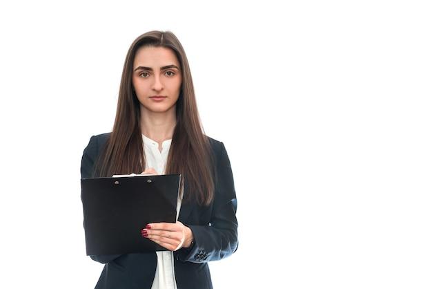Jonge vrouw met pen en dagboek op wit wordt geïsoleerd