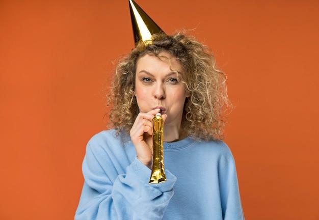 Jonge vrouw met plezier op haar verjaardag