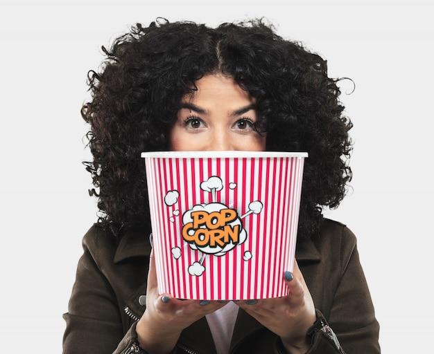 Jonge vrouw met popcorn