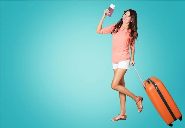Jonge vrouw met reistas op background