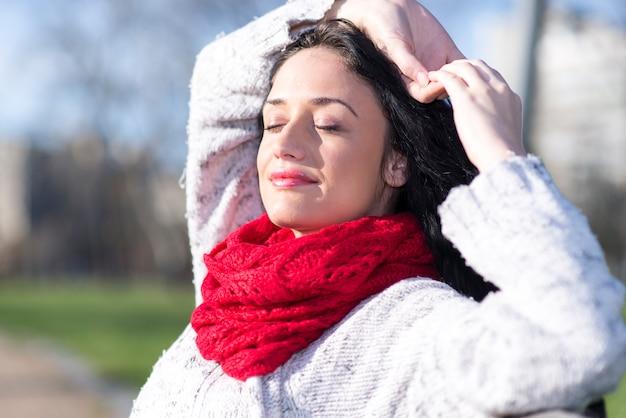 Jonge vrouw met rode sjaal