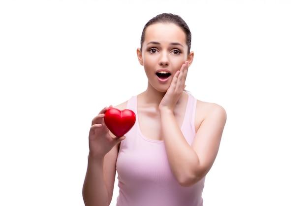 Jonge vrouw met rood die hart op wit wordt geïsoleerd