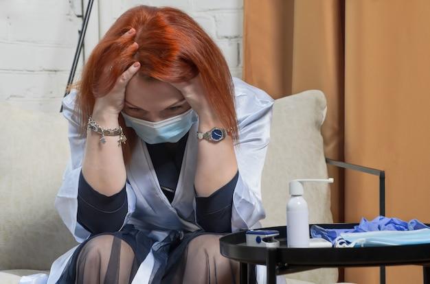 Jonge vrouw met rood haar in medisch masker geschokt toen ze hoorde van een positieve test voor covid-19