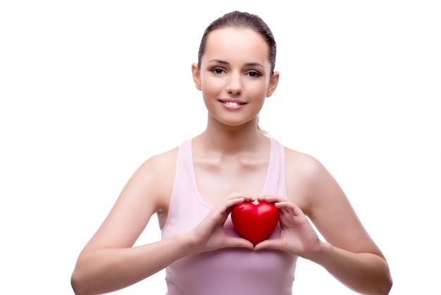 Jonge vrouw met rood hart dat op wit wordt geïsoleerd