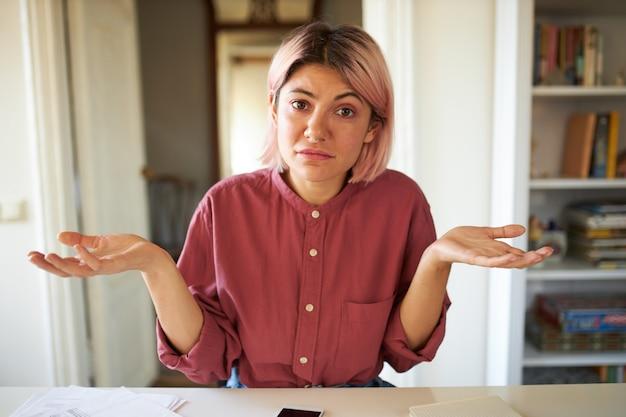 Jonge vrouw met roze haar poseren