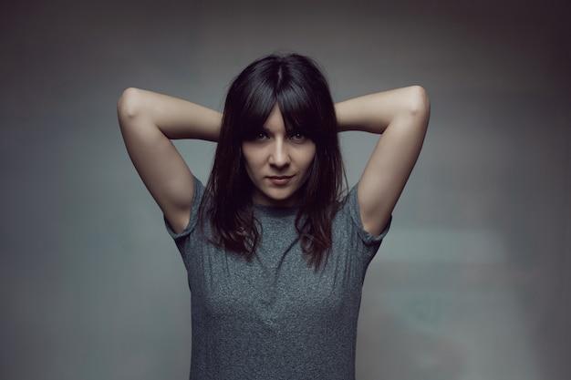 Jonge vrouw met shirt op de muur