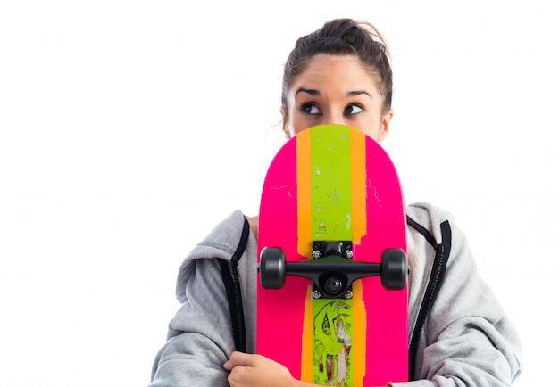 Jonge vrouw met skate