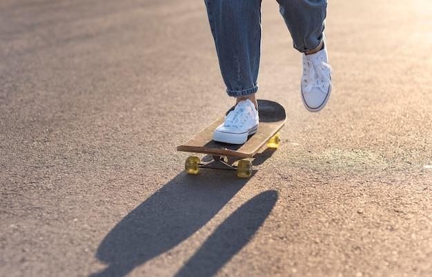 Jonge vrouw met skateboard close-up