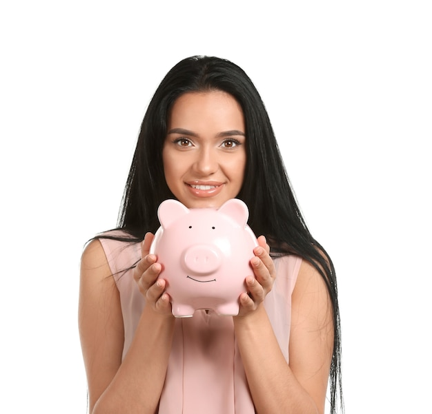 Jonge vrouw met spaarvarken op witte achtergrond